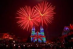 mapeamento e fogos de artifício da projeção 3D na igreja Chanthaburi Tailândia imagens de stock