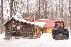 Maple sugar shack and tractor. Lenox, Massachusetts, Berkshires during March springtime harvest, New England Stock Photos