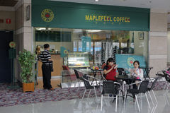 Maplefell coffee shop i utställningmitten Arkivfoton