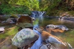 在甜小河秋天足迹的瀑布在Mapleton俄勒冈 图库摄影