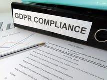 Mapp för båge för spak för överensstämmelse för reglering GDPR för skydd för allmänna data på det belamrade skrivbordet Royaltyfri Foto