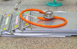 Mapp för medicinsk historia med stetoskopet på marmorstenskrivbordet arkivbild