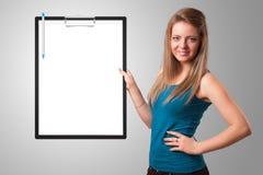 Mapp för ung flickainnehavsvart med vitt arkkopieringsutrymme Arkivfoto