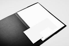 Mapp, tom brevhuvud, kuvert och affärskort Arkivbild