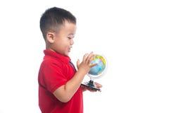 Mappa asiatica del globo della terra della tenuta del bambino del ritratto in sua mano Immagine Stock