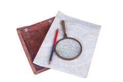 Mappa casalinga antiquata con la cassa della lente, della matita e del cuoio Fotografia Stock Libera da Diritti