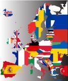 Mappa colorata di Europa con le bandiere nazionali fotografie stock