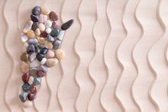 Mappa creativa del ciottolo dell'Argentina sulla sabbia della spiaggia Fotografie Stock Libere da Diritti