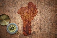 Mappa del Benin su una vecchia carta d'annata della crepa Fotografia Stock