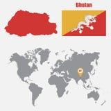 Mappa del Bhutan su una mappa di mondo con il puntatore della mappa e della bandiera Illustrazione di vettore Fotografia Stock