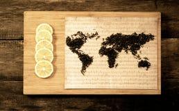 Mappa del mondo, allineata con le foglie di tè su vecchia carta Immagine Stock