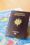 Mappa del mondo e del passaporto sulla tavola Immagine Stock Libera da Diritti