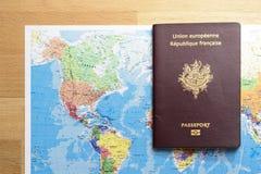 Mappa del mondo e del passaporto sulla tavola Fotografie Stock Libere da Diritti