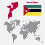 Mappa del Mozambico su una mappa di mondo con il puntatore della mappa e della bandiera Illustrazione di vettore Fotografia Stock