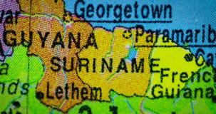 Mappa del paese del Surinam sul globo archivi video