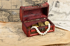 Mappa del tesoro e petto dell'annata Fotografia Stock Libera da Diritti