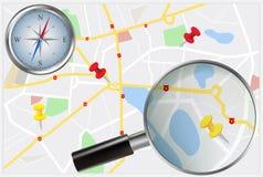 Mappa della città con la bussola e la lente di ingrandimento Fotografie Stock Libere da Diritti