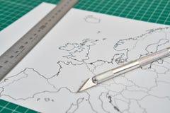Mappa di Europa con un righello e una taglierina immagine stock libera da diritti