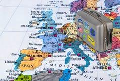 Mappa di Europa e caso di viaggio con gli autoadesivi (le mie foto) Fotografia Stock Libera da Diritti