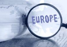 Mappa di Europa tramite la lente d'ingrandimento Fotografie Stock Libere da Diritti
