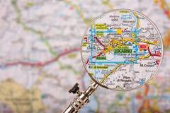 Mappa di Locarno con la lente d'ingrandimento sulla tavola fotografia stock libera da diritti