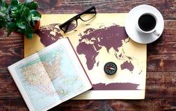 Mappa di mondo con caffè sulla vista di legno del piano d'appoggio Fotografie Stock Libere da Diritti