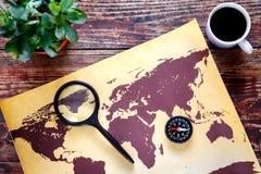 Mappa di mondo con caffè sulla vista di legno del piano d'appoggio Fotografia Stock Libera da Diritti