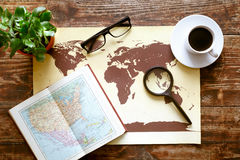 Mappa di mondo con caffè sulla vista di legno del piano d'appoggio Fotografia Stock