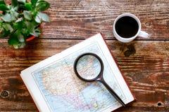 Mappa di mondo con caffè sulla vista di legno del piano d'appoggio Immagine Stock Libera da Diritti