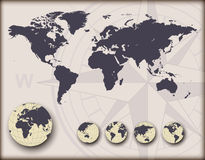 Mappa di mondo con i globi della terra Fotografie Stock Libere da Diritti
