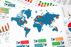 Mappa di mondo con i grafici, i grafici ed i diagrammi Fotografia Stock