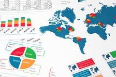 Mappa di mondo con i grafici, i grafici ed i diagrammi Fotografia Stock Libera da Diritti