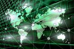 Mappa di mondo con la rete di comunicazione sul fondo della stanza del server fotografia stock libera da diritti