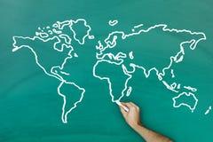 Mappa di mondo del disegno della mano sulla lavagna Immagine Stock