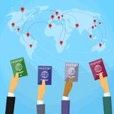 Mappa di mondo del documento di viaggio della mano del passaporto piana Fotografie Stock Libere da Diritti