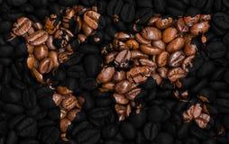 Mappa di mondo fatta dei chicchi di caffè Fotografie Stock Libere da Diritti