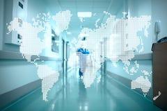 Mappa di mondo sui precedenti del corridoio dell'ospedale Concetto di Immagini Stock