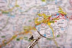 Mappa di Sierre Siders con la lente d'ingrandimento sulla tavola fotografie stock libere da diritti