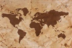 Mappa di vecchio mondo sulla carta pergamena piegata e macchiata Immagine Stock