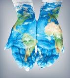 Mappa dipinta sulle mani Concetto di avere il mondo in nostre mani Fotografia Stock Libera da Diritti