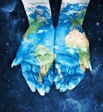 Mappa dipinta sulle mani Concetto di avere il mondo in nostre mani dentro Fotografia Stock