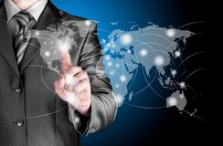 Mappa e collegamento di mondo di tocco dell'uomo di affari Immagini Stock Libere da Diritti