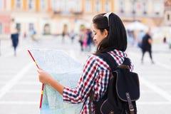 Mappa e turista Fotografie Stock Libere da Diritti