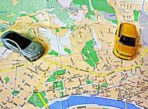Mappa ed automobili della città su  fotografia stock
