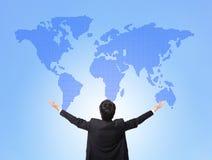 Mappa globale dell'abbraccio dell'uomo di affari Immagine Stock