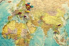 Mappa politica del mondo sulla parete royalty illustrazione gratis