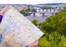 Mappa turistica di Praga sui precedenti del panorama della c Fotografia Stock