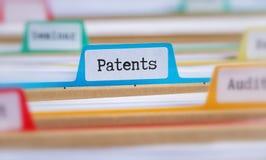 Mappmappar med en flik märkte patent royaltyfria foton