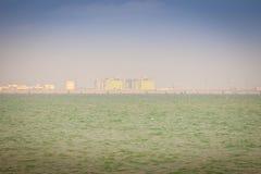 Maptaphut-Industriegebiet am sonnigen Tag der weit weg mit Blau Stockfoto