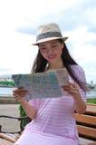 mapy przyglądająca kobieta Zdjęcia Stock
